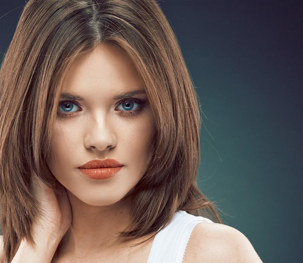 Gaya Tangga Dengan Bang Gunting Rambut Bergaya Tangga Kecil Untuk - Gaya rambut pendek buat wajah bulat