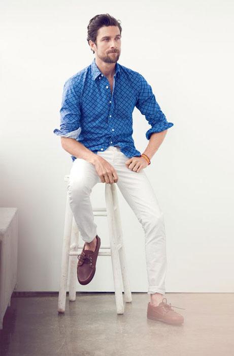 d2461aa7efaf Τι χρώμα πουκάμισο είναι κάτω από το μπεζ παντελόνι ενός άνδρα. Πού ...