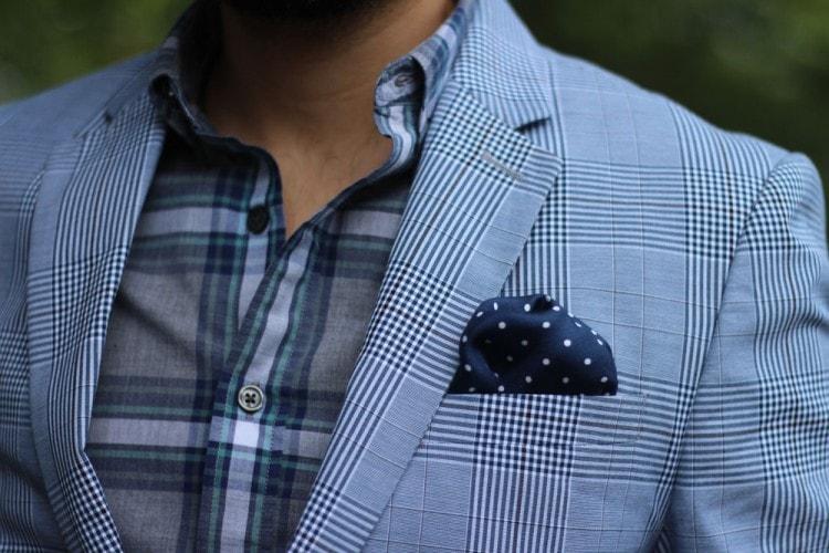 17f02c29fb Ha van egy kis ketrec, jobb egy nagy mintát választani egy sálon vagy  nyakkendőben. A kontrasztoknak nem szabad túl provokatívnak lenniük.