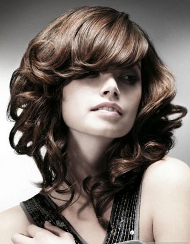 Υπάρχουν διαφορετικούς τρόπους να κάνει μπούκλες σε μεσαία μαλλιά και κάθε  κοπέλα να επιλέξει το δικό της. Για να το κάνετε αυτό 08fbdd6915f