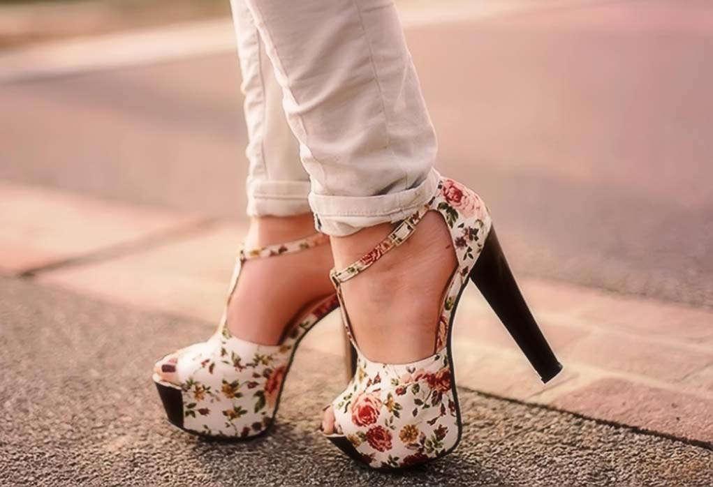 Γυναικεία σανδάλια με τακούνια. Μοντέρνα σανδάλια με καρφίτσα ... d8ba91f812e