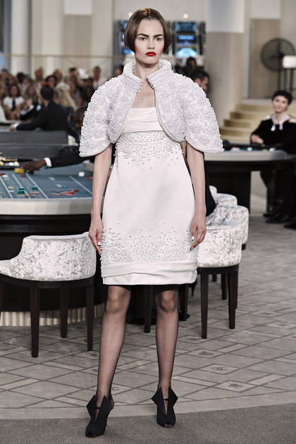 773434eba555 Εάν επιλέξετε ένα απλούστερο και πιο σύγχρονη εκδοχή - ένα μικροσκοπικό  λευκό φόρεμα και κομψά πρέσα μοντέρνα περικοπή θα φαίνεται τολμηρή και  σέξι