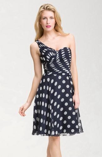 Και σήμερα ένα φόρεμα polka-dotείναι ένα σταθερό φαβορί μεταξύ άλλων  ανταγωνιστών. Μπορείτε να το φορέσετε για ένα μοντέρνο πάρτι 294db5132c5