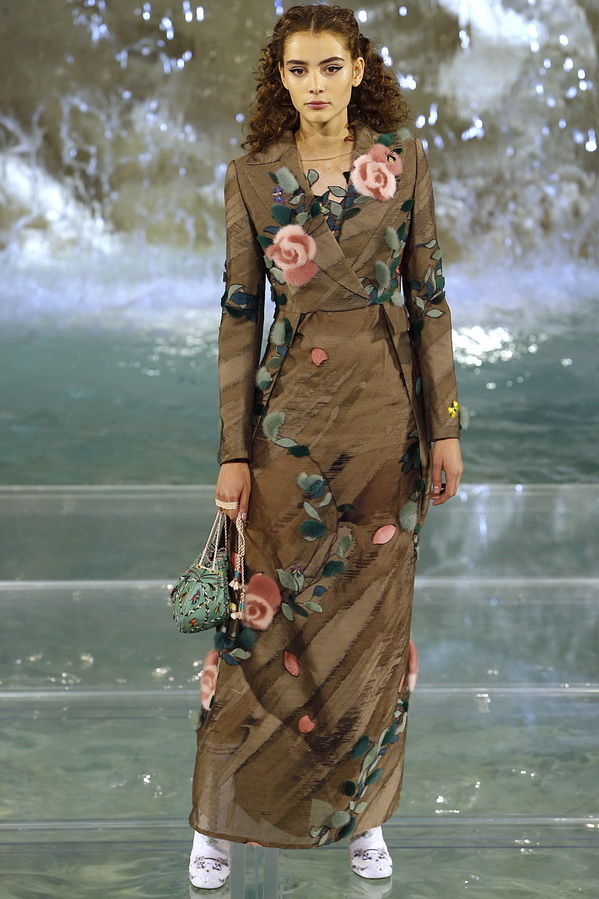 5cc3f399442f Αυτό το μοντέρνο χακί φόρεμα με μοτίβο λαχανικών