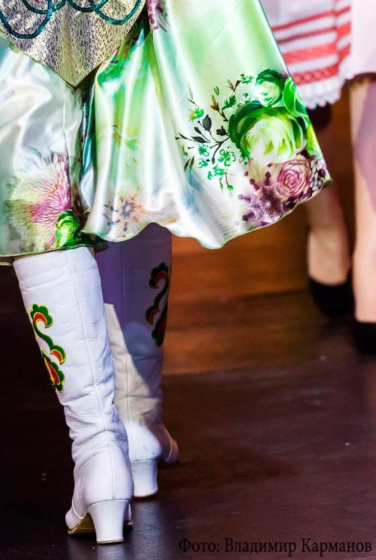 222958be6978 Δερμάτινες μπότες με διακοσμητικά κεντήματα στην παραδοσιακή φορεσιά του  Τατάρ.