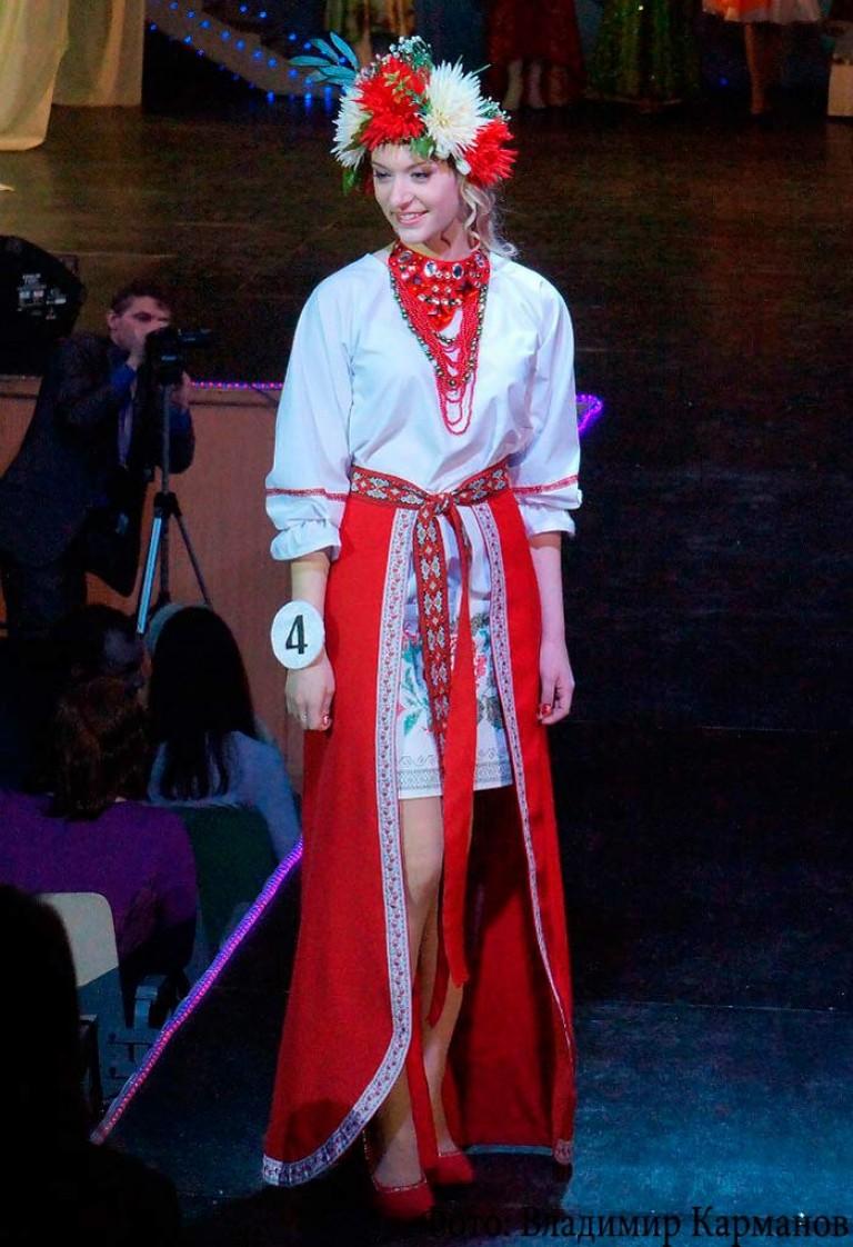 33ae66847e0d Στυλιζαρισμένο εθνικό φόρεμα ενός κοριτσιού Mari. Δερμάτινες μπότες με  διακοσμητικά κεντήματα στην παραδοσιακή φορεσιά του ...
