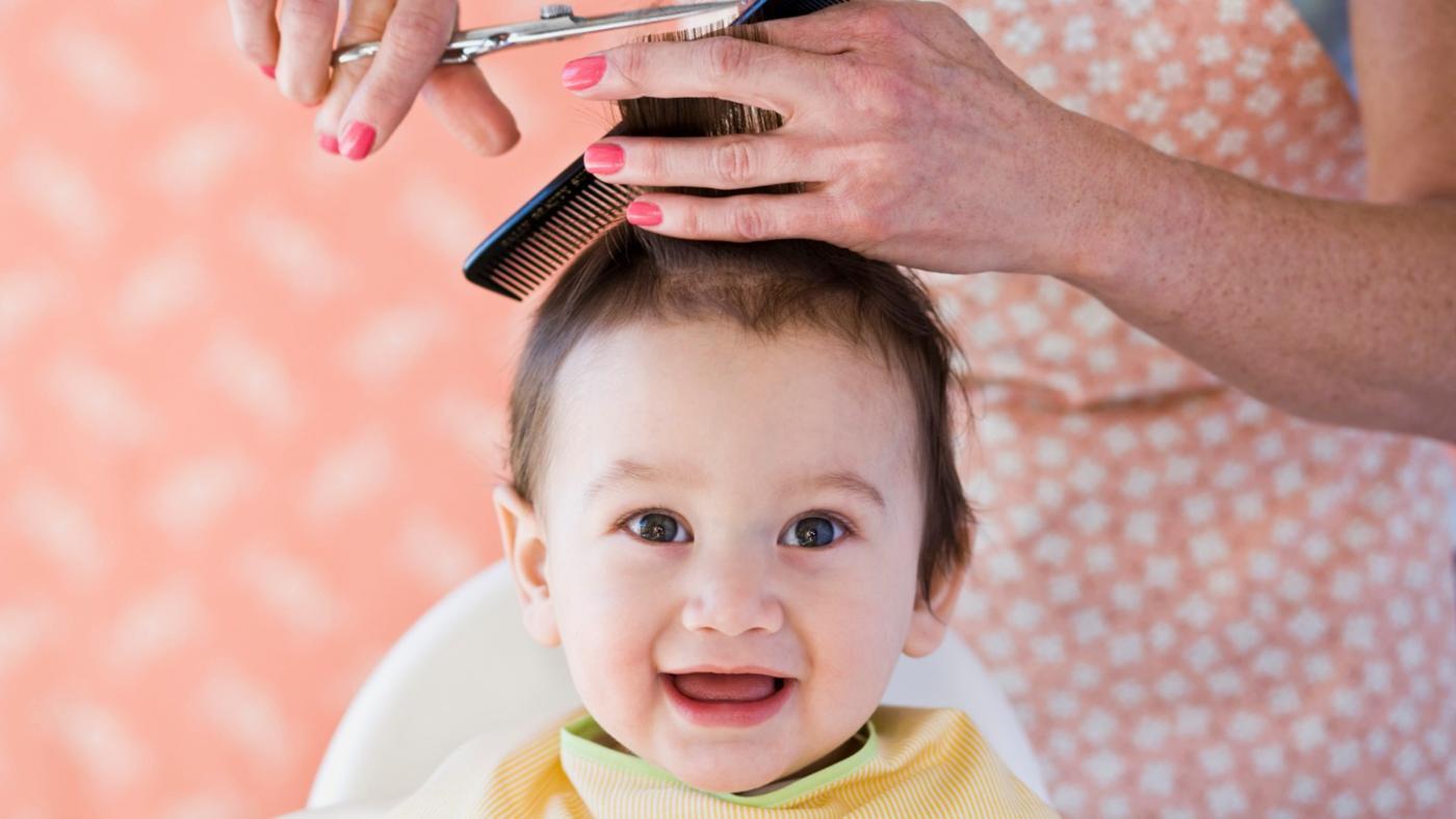 Когда стричь волосы ребенку первый раз? Можно или нельзя стричь ребенка до года налысо, наголо? Куда деть первые стриженные волосы ребенка? Можно ли стричь спящего ребенка?