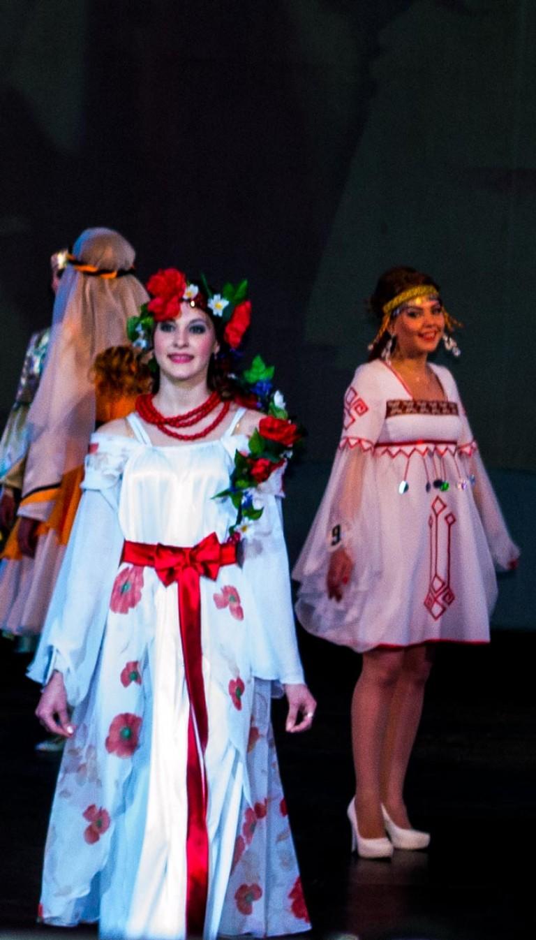5b886344081a Στυλιζαρισμένο παραδοσιακό φόρεμα ενός κοριτσιού του Τσούβα. Ελληνική  φορεσιά.